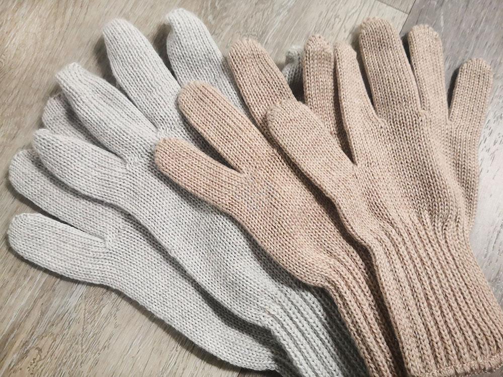 Vahvuutemme on valmistaa sormikkaat ja muutkin neuleasusteet asiakkaillemme räätälöityinä tuotesarjoina joustavasti, nopeasti ja kohtuulliseen hintaan.